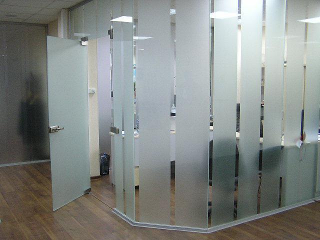 Стеклянные перегородки для офиса из каленного стекла с матовыми полосами