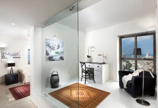 Стеклянная перегородка в квартире из каленного стекла