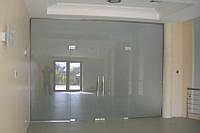 Стеклянная перегородка из белого матового стекла с входной группой на маятниковой системе