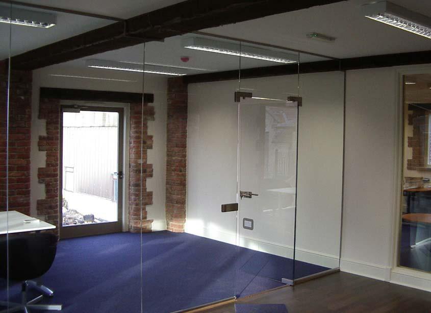 Зонирующие перегородки из прозрачного стекла для зоны отдыха