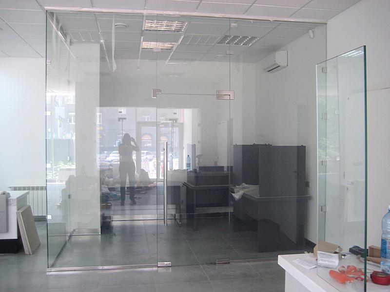 Угловая стеклянная перегородка в офис из прозрачного безопасного стекла