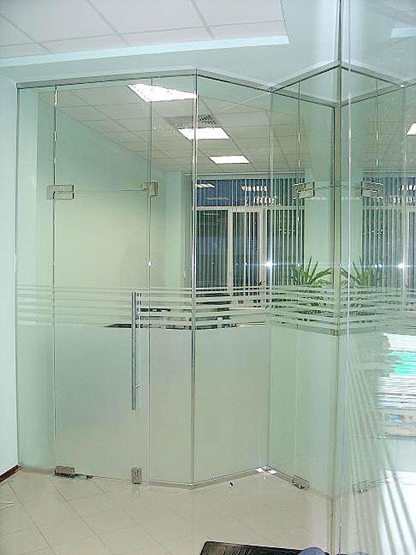 Производство стеклянных перегородок для офиса из безопасного стекла