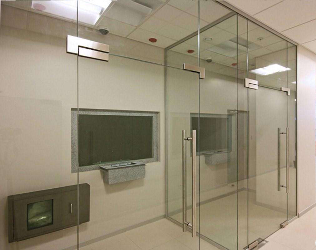 Перегородки из каленного стекла с маятниковой дверью