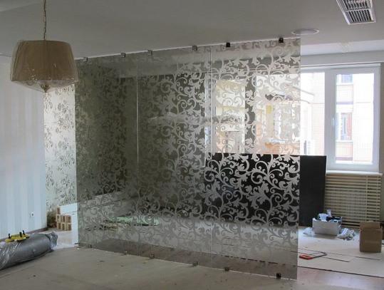 Стеклянная перегородка из стекла бронза с матовым рисунком в спальне