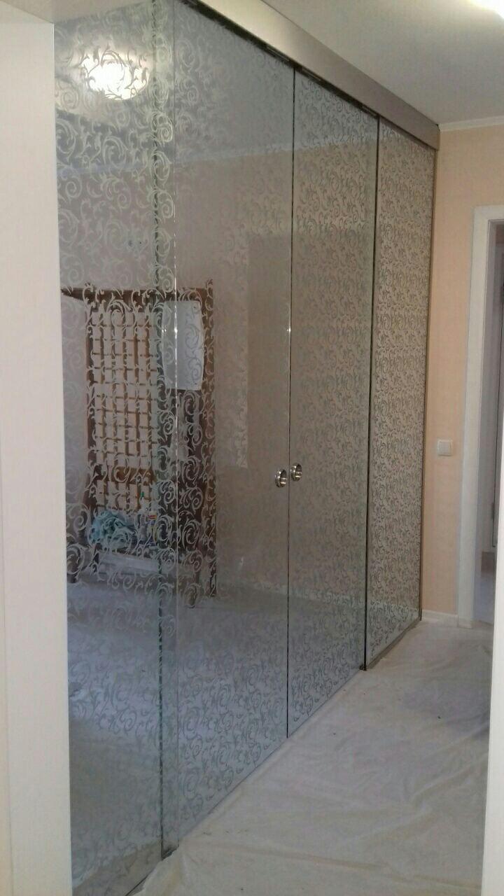 3 Стеклянная раздвижная перегородка с художественным пескоструем в квартире, с двумя дверьми