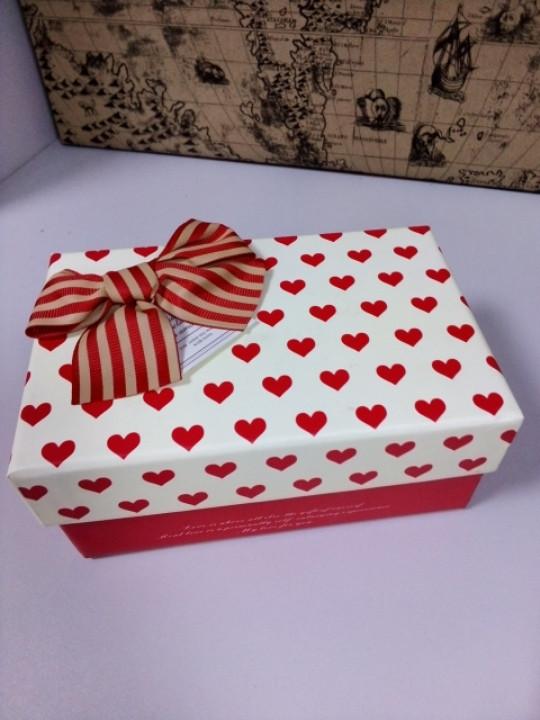 Подарочная коробочка прямоугольная  с рисунком сердечки 17 см