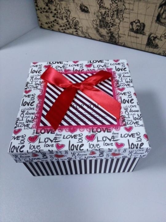 Подарочная коробочка квадратная с надписями Love 13 см