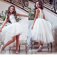 Белоснежный комплект с блестящим верхом и асимметричной юбкой