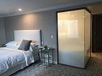 Стеклянная перегородка между спальней и санузлом без двери из матового стекла
