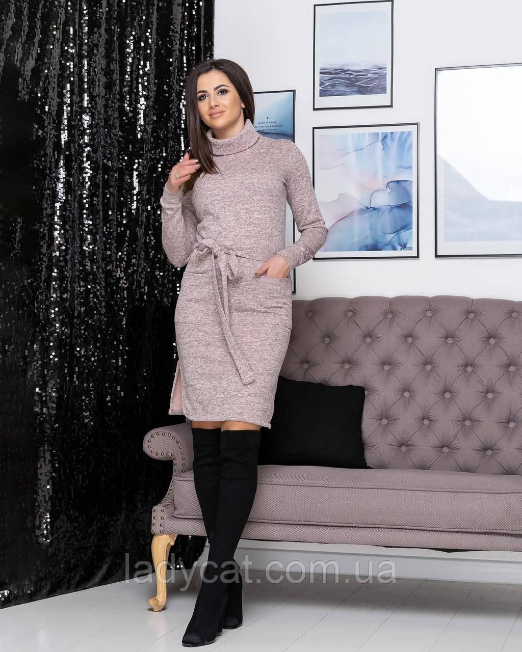 Ангоровое платье гольф с карманами пудрового цвета