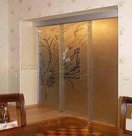 11 Стеклянная раздвижная перегородка из прозрачного стекла с матовым рисунком и зацепами