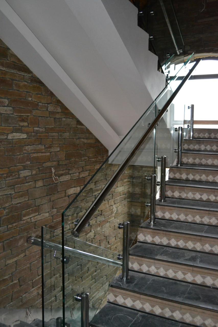 Перила из стекла на лестницу на стойках из нержавейки и каленным стеклом 15 мм
