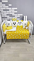 Комплект бортиков и постельного в кроватку с игрушками-подушками в желтом цвете