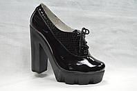 Черные лаковые кожанные туфли на каблуке  и платформе со шнурками
