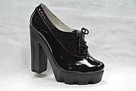 Коричневые лакированные кожанные туфли на каблуке  и платформе со шнурками