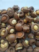 Орешки и сухофрукты в молочном ремесленном шоколаде