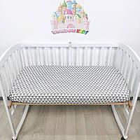 Простыночка на резинке универсальная на детскую кроватку из 100% хлопка в серо-белые треугольники