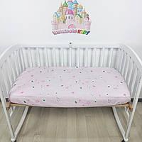 Простыночка на резинке универсальная на детскую кроватку из 100% хлопка розовая с мишками