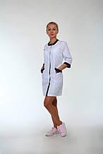 Красивый медицинский халат медсестры с цветными вставками