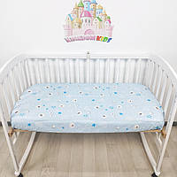 Простыночка на резинке универсальная на детскую кроватку из 100% хлопка голубая с мишками