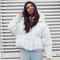 Женская теплая зимняя куртка объемная с капюшоном и накладными карманами r7701205