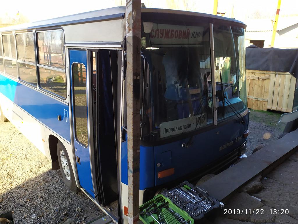 Производство и замена лобового стекла триплекс на автобусе Ikarus 260 в Никополе (Украина).