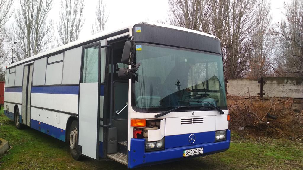 Производство и замена лобового стекла триплекс на автобусе Mercedes Benz O 408  в Никополе (Украина).