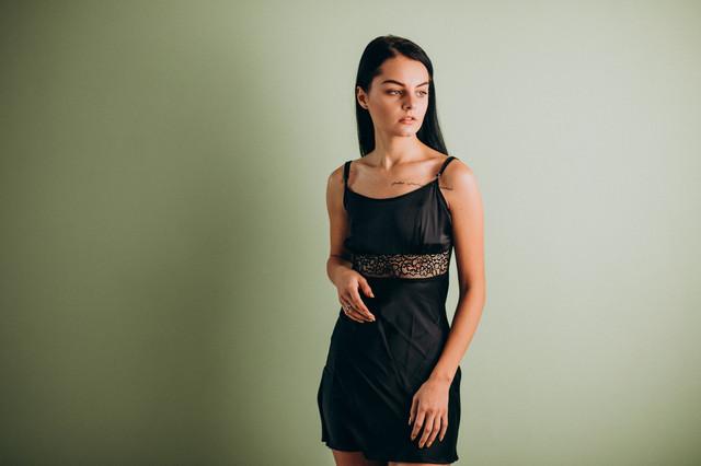 Черная шелковая ночная сорочка с кружом