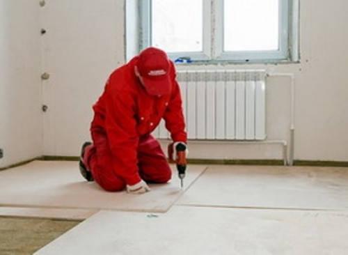 1)Фанеру нарезают на полосы шириной около 50 см.Полосы монтируют на бетонную стяжку по диагонали к расположению половых досок при помощи шурупов. Допустимо использовать клеевые составы для фиксирования полос.