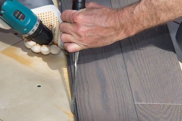 5)Для плотного сжатия досок используют: стамеску, струбцину, или подбивают массив молотком через брусок.