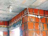Прокладка открытой проводки на скобах по кирпичной стене