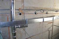 Прокладка открытой проводки на скобах по бетонной стене