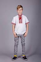 Вышитая рубашка на мальчика с красным орнаментом на белом батисте и коротким рукавом