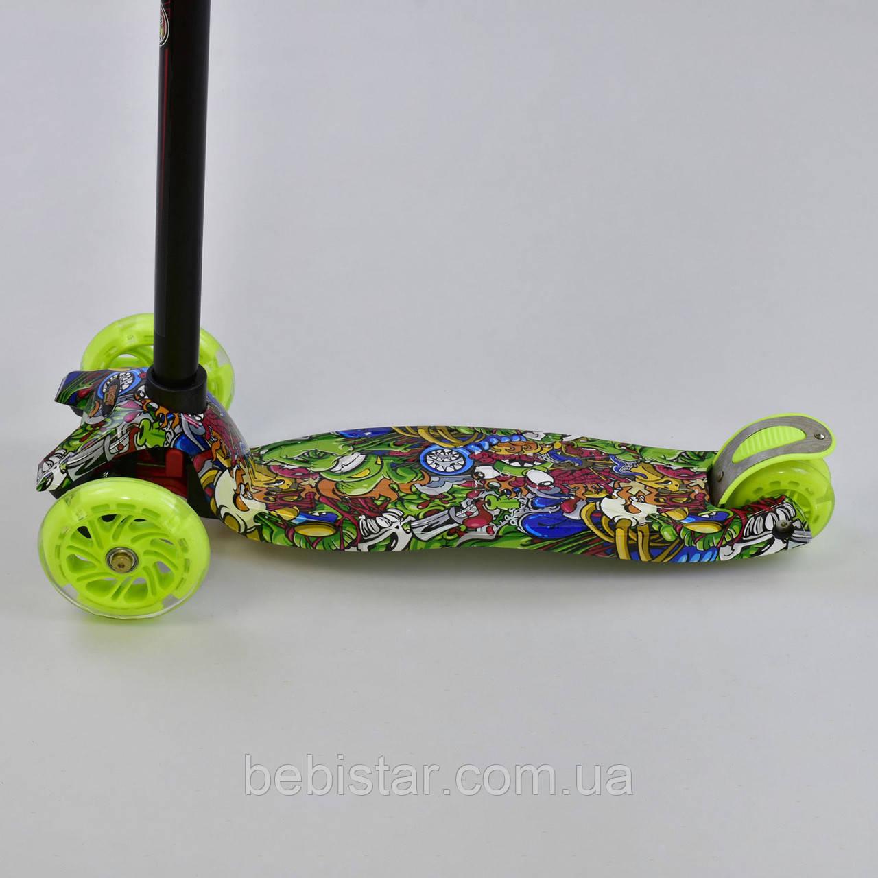 Самокат детский граффити зеленое MAXI Best Scoote со светящимися зелеными колесами от 3 лет