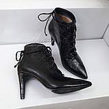 Жіночі чорні ботильйони на шнурівці зі шкіри з тисненням крокодил, фото 2