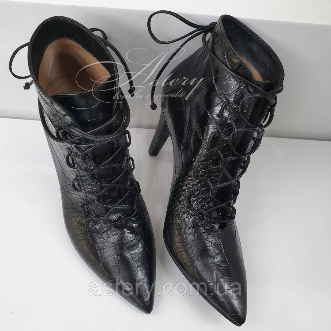 Жіночі чорні ботильйони на шнурівці зі шкіри з тисненням крокодил