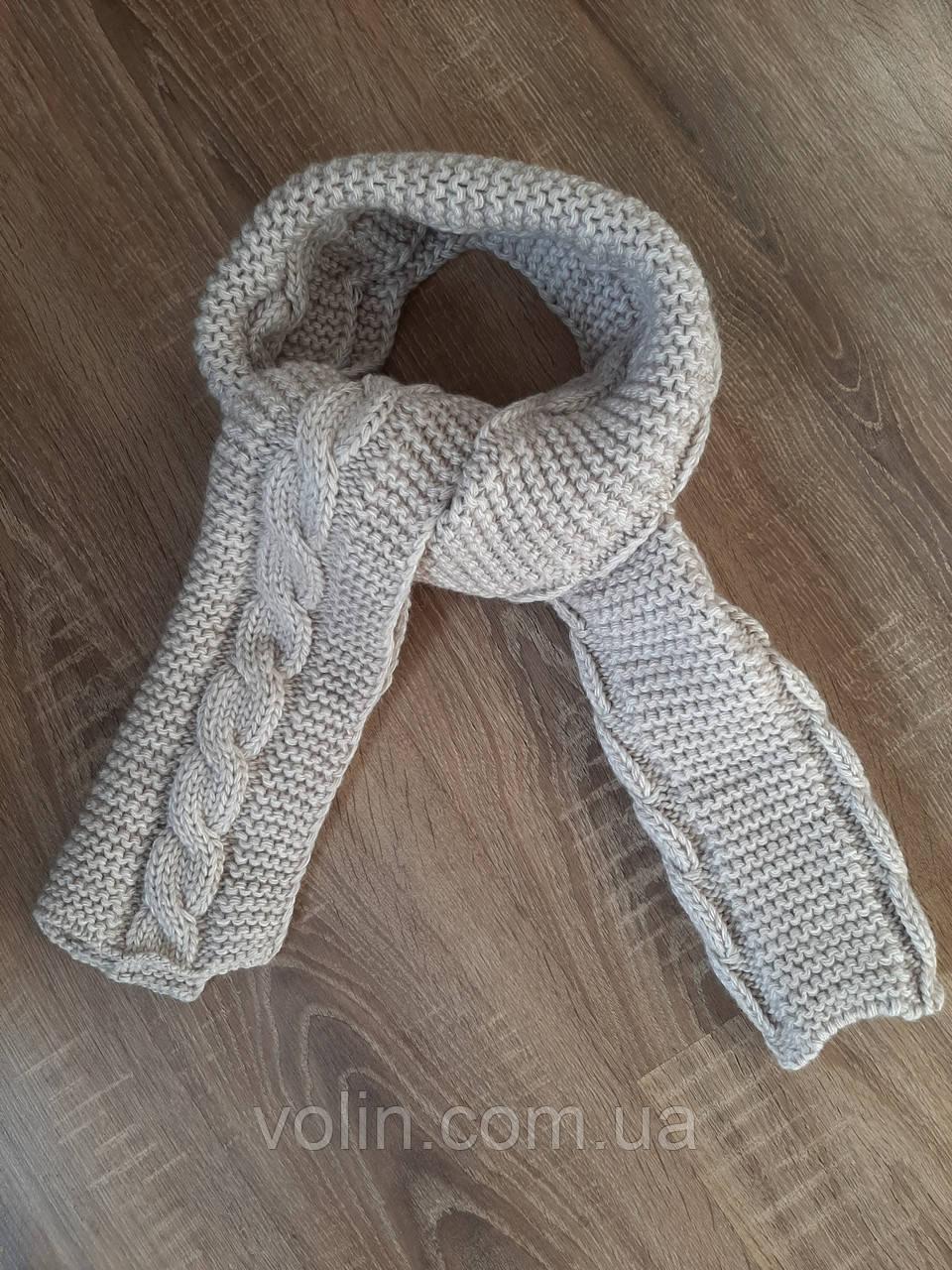 Плетений жіночий напіввовняної шарф.
