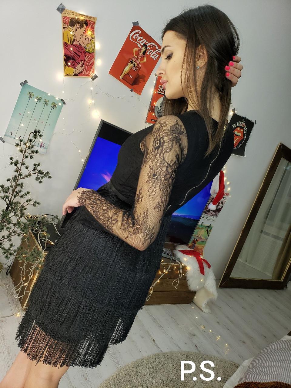 Черное платье с юбкой из бахрамы и гипюровыми рукавами 76plt543