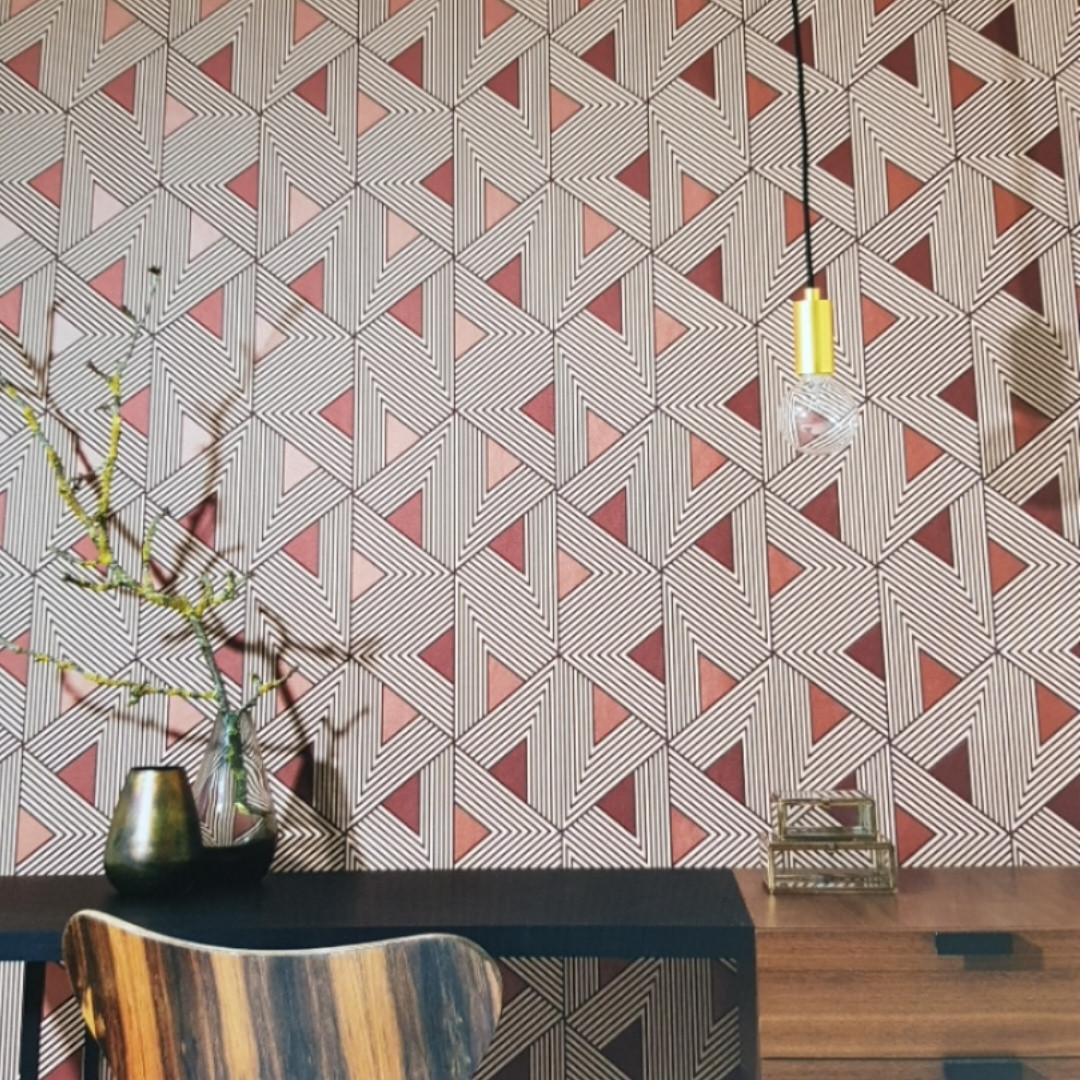 Обои флизелиновые Khroma Wild WIL504 геометрические фигуры 3д треугольники полосы терракотовые коричневые