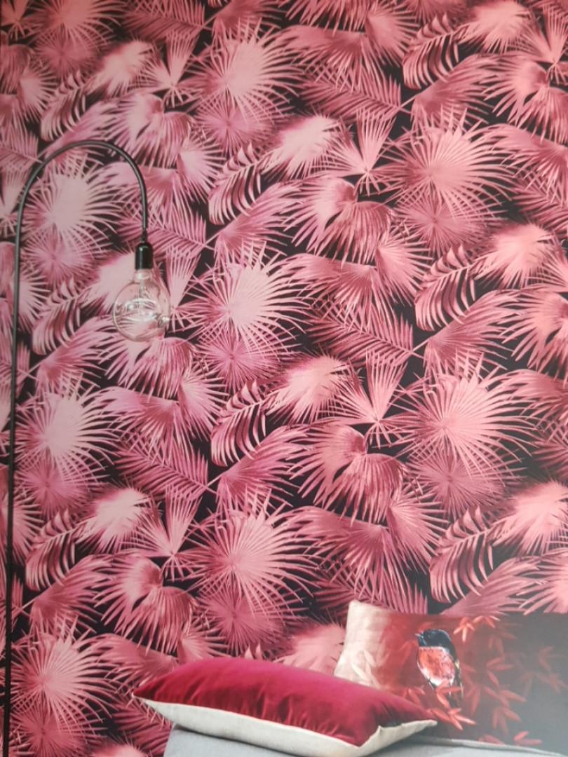 Обои флизелиновые Khroma Wild WIL106  листья папоротника бордовые алые на черном фоне