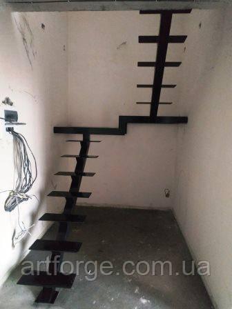 """Открытая лестница на центральной несущей  в картиру, дом, котедж. Лестниуа в стиле """"Лофт"""""""