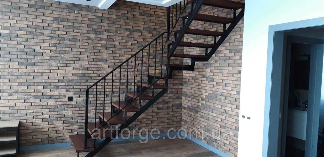 Г-Образная лестница в квартиру. Лестница на универсальном металлическом каркасе.
