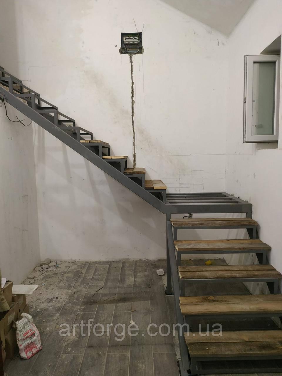 Г-образный каркас лестницы из металла по обшивку. Поворотная лестница в квартиру, дом, котедж, таун-хаус.
