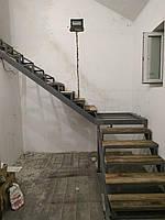 Г-образный каркас лестницы из металла по обшивку. Поворотная лестница в квартиру, дом, котедж, таун-хаус., фото 1