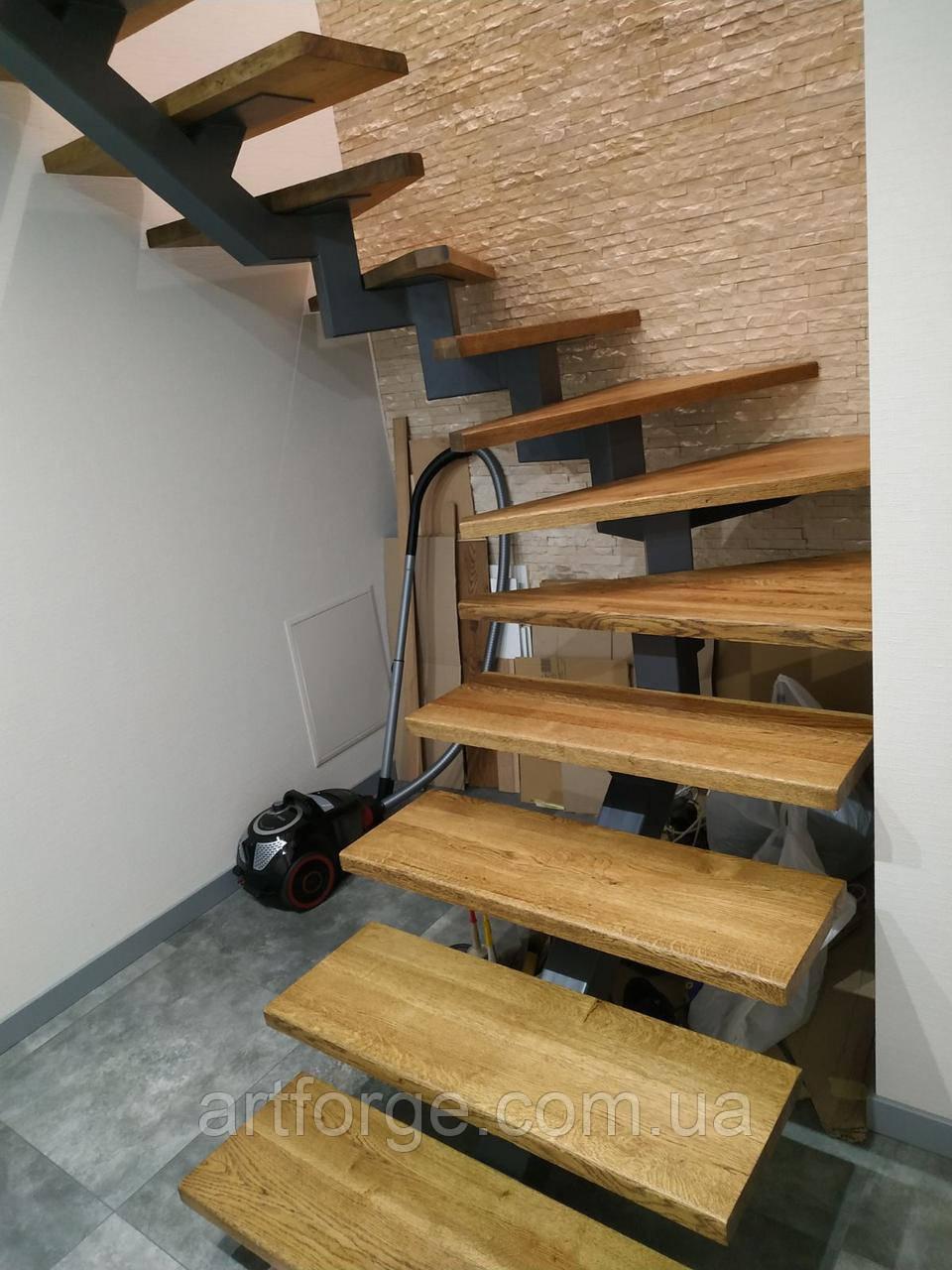 Відкрита сходи в сучасному стилі на центральному монокосоуе. П-подібні сходи в квартиру, будинок, котедж.