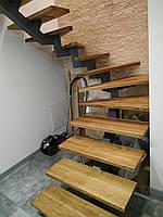 Открытая лестница в современном стиле на центральном монокосоуе. П-образная лестница в квартиру, дом, котедж., фото 1