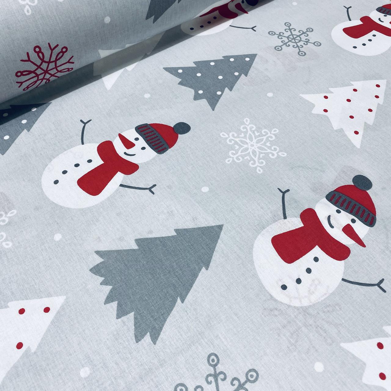 Хлопковая ткань (ТУРЦИЯ шир. 2,4 м) снеговики белые в красных шапках и елочки серые на светло-сером
