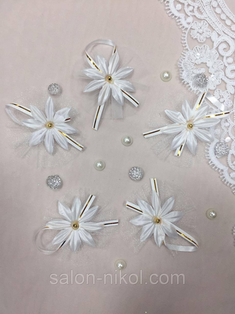 Свадебные бутоньерки для гостей белые с золотом.