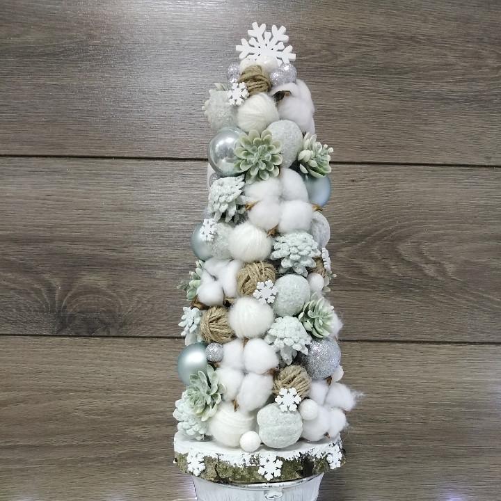 Декоративна ялина Волинські візерунки з бавовни і шишок