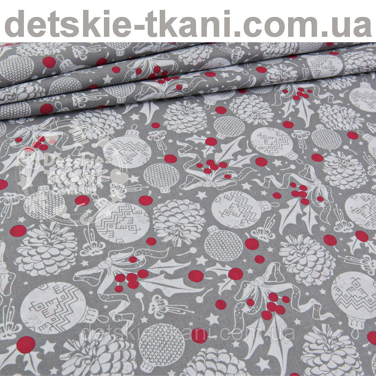 Лоскут ткани с шишками и красными ягодами на сером фоне №946